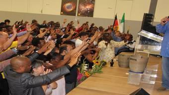 Henry Hinn, Gastredner im Gottesdienst, betet mit den Kirchenmitgliedern.Michael Muogbo