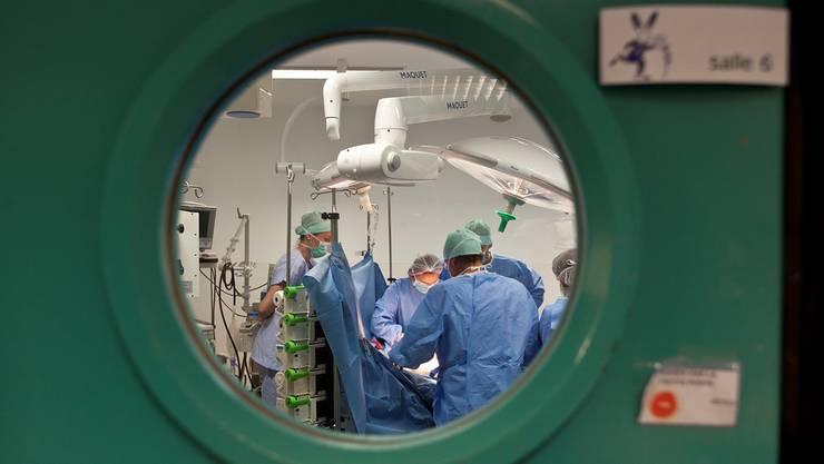 Kommt immer häufiger vor: Der Hausarzt oder die Gruppenpraxis kassiert Geld. Der Chirurg zahlt pro Patienten, den er operieren darf.
