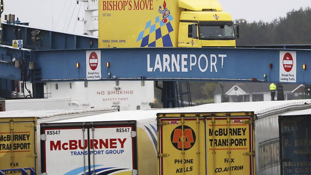 Lastkraftwagen verlassen eine aus Schottland kommende Fähre im Hafen des nordirischen Larne. Foto: Peter Morrison/AP/dpa