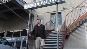 Carlo Mettauer beim Eingang zum Fabrik-Palast, der im KiFF untergemietet ist.Hubert Keller