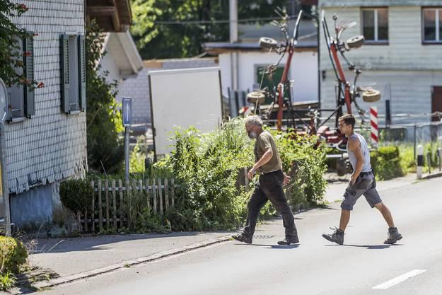 Ulrich Kesselring, links, zeigt sich auf der Strasse vor seinem Hof, der wegen der Quaelerei von Pferden unter Verdacht steht, am Montag 7. August 2017, in Hefenhofen. (KEYSTONE/Christian Merz)
