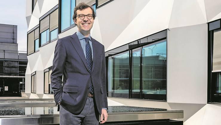 Professor Christoph A. Schaltegger vor der Universität Luzern.