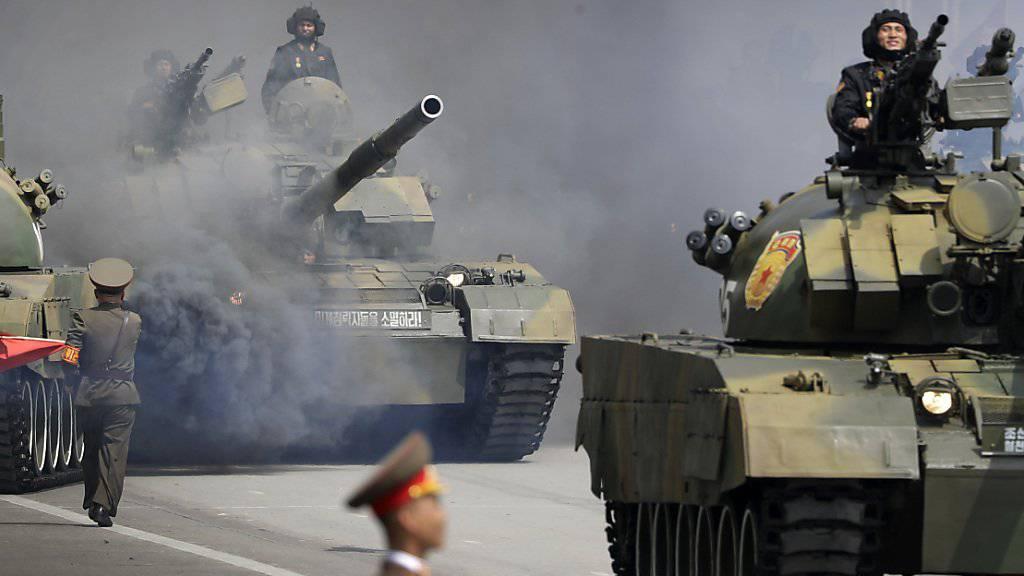 Panzer in der nordkoreanischen Hauptstadt Pjöngjang anlässlich einer früheren Militärparade. (Archiv)