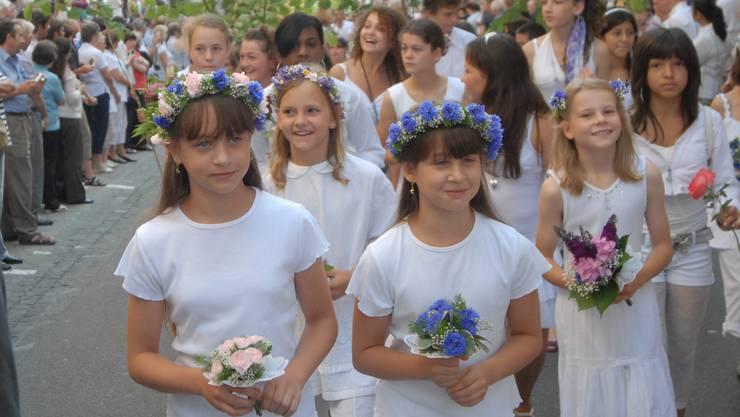 Brugger Primarschulen fragen an den Wohnungstüren nach Blumen für das Jugendfest. (Symbolbild)