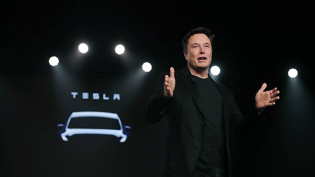 Elon Musk ist neu der «Technoking of Tesla». Der Besitzer des Elektroauto-Herstellers krönte zudem Finanzchef Zack Kirkhorn zum «Master of Coin». (Archivbild)