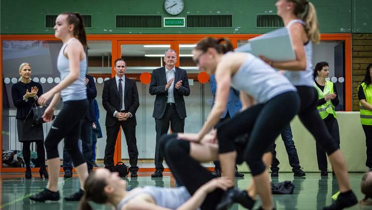 Landammann Stephan Attiger (Bildmitte) als engagierter Zuschauer bei den Turnenden des STV Eien-Kleindöttingen, die ihm einen exklusiven Einblick in die neue Turnshow «Bau-Boom» gewährten. Chris Iseli