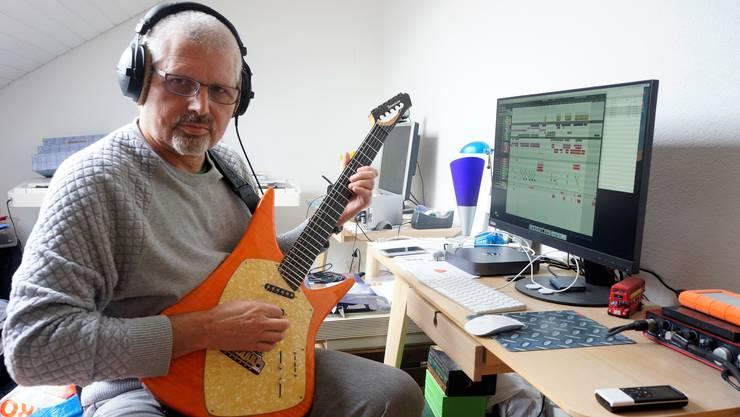 In seinem «Studio» unter dem Dach komponiert und produziert der Multiinstrumentalist Roland Bühlmann seine Musik.