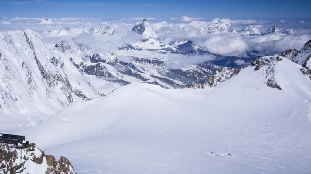 Die Forschenden entnahmen auf dem Gletschersattel Colle Gnifetti einen Eisbohrkern, der Umweltinformationen aus den letzten 10'000 Jahren enthält.