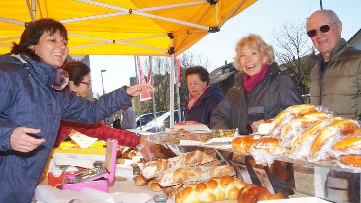Andrea Berz (links im Bild) bedient den Stand der Bäckerei Ghilardi seit vielen Jahren.