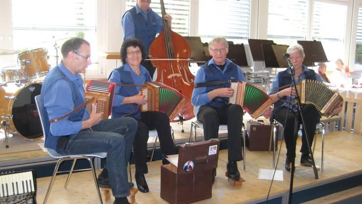 Das Schwizerörgeli-Quartett Hofmatt aus Elfingen mit echter Ländlermusik.