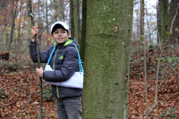 Der 9-jährige Elion klettert am liebsten auf Bäume