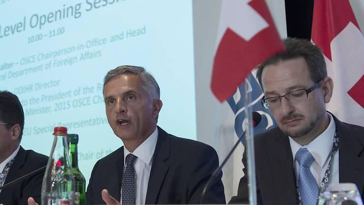 Thomas Greminger (rechts) mit Aussenminister Didier Burkhalter in einer Aufnahme vom Juni 2014: Der Schweizer Diplomat soll neuer Generalsekretär der Organisation für Sicherheit und Zusammenarbeit in Europa (OSZE) werden. (Archivbild)