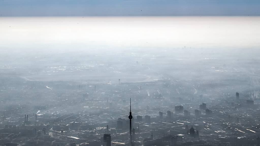 ARCHIV - Der Fernsehturm am Berliner Alexanderplatz unter einer Dunstglocke. Foto: Federico Gambarini/dpa/Archiv