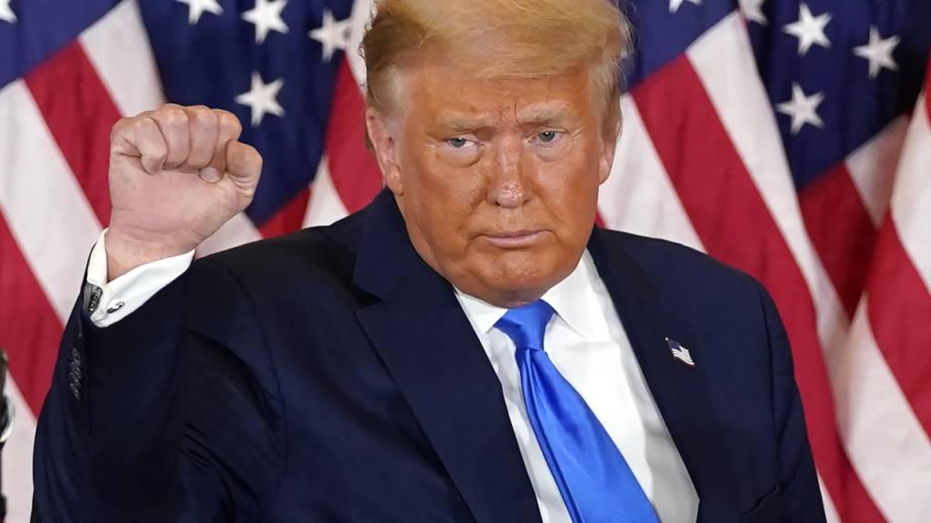 dpatopbilder - US-Präsident Donald Trump hebt seine Faust, nachdem er am frühen Mittwoch, dem 4. November 2020, im Ostsaal des Weißen Hauses in Washington seine Rede gehalten hat. Foto: Evan Vucci/AP/dpa