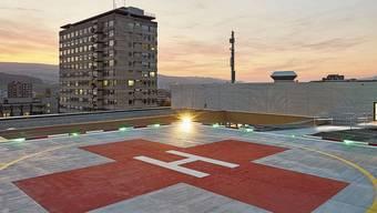 Der Landeplatz des Spitals Limmattal bleibt – ausser in Notfällen – wie früher leer. Im Hintergrund das abgerissene Spitalhochhaus.