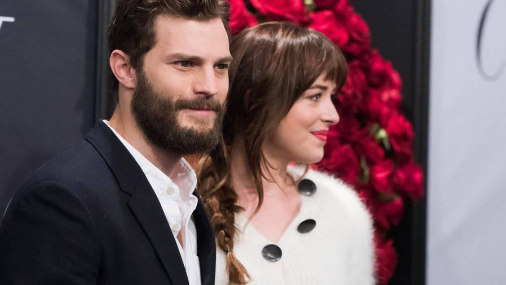 """""""Fifty Shades of Grey"""" ist der Abräumer in Gänsefüsschen: Hauptdarsteller Jamie Dornan und Dakota Johnson sind je für eine """"Goldene Himbeere"""" nominiert - der Erotikstreifen könnte ganze sechs Schmähtrophäen einsacken (Archiv)."""
