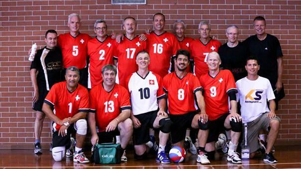 Die Trainer Hugo Lombriser (hinten links) und Andreas Grasreiner (hinten rechts), sowie Spieler Heino Keller (Nr. 7) vom Volleyballclub VBC Kanti Baden