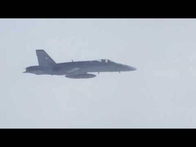 F/A-18-Kampfjet der Schweizer Luftwaffe eskortiert ein russisches Regierungsflugzeug