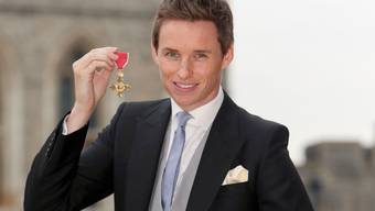Schauspieler Eddie Redmayne mit seiner OBE-Medaille (Officer of the Order of the British Empire), welche ihm die Queen am Freitag verliehen hat.