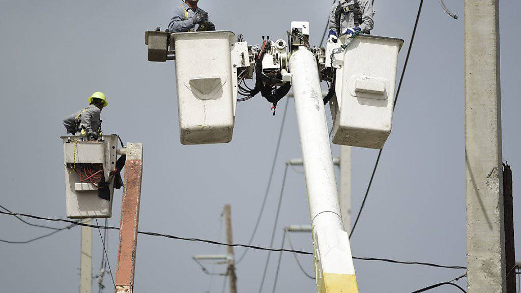 Nach dem Hurrikan Maria vom Oktober in Puerto Rico mussten viele Hochspannungsleitungen geflickt werden.