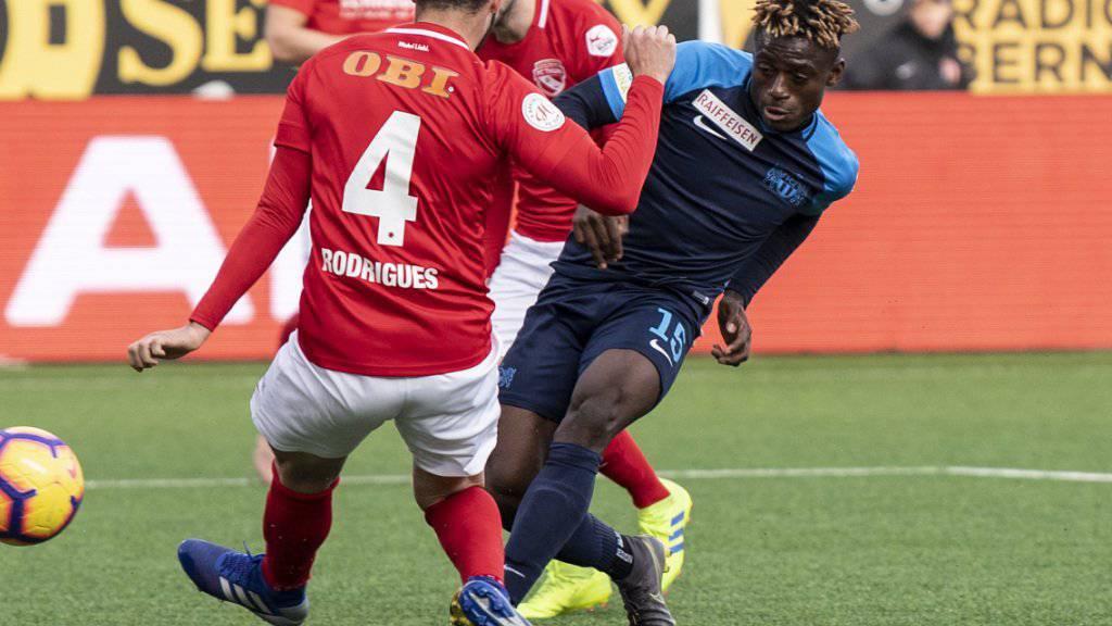FCZ-Stürmer Stephen Odey (rechts) kommt hier gegen den Thuner Miguel Rodrigues zum Schuss