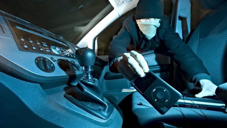 Die Täterschaft schlug das Fenster auf der Beifahrerseite auf. (Symbolbild)