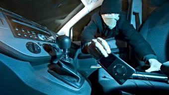 Einbruch in ein Auto. (Symbolbild)