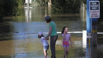 Anwohner betrachten das Ausmass der Überschwemmung am Murrumbidgee Fluss bei Wagga Wagga