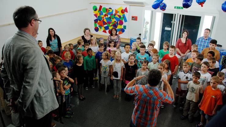 Remo Ankli lauscht dem Liedvortrag der Laupersdörfer Schülerinnen und Schüler.