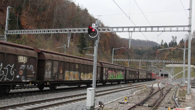 Der Güterzug passiert die Station Effingen und fährt in den neuen Bözbergtunnel.