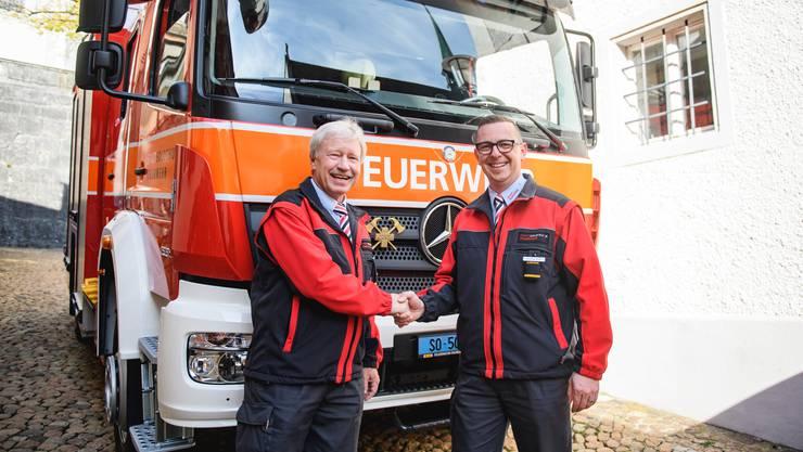 Der abtretende Kommandant Martin Allemann (links) und sein Nachfolger Boris Anderegg präsentieren stolz das neue Tanklöschfahrzeug.