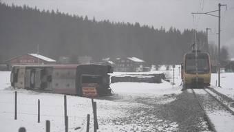 Bei der Entgleisung eines Bahnwagens an der Lenk im Berner Oberland sind am Mittwoch acht Personen verletzt worden. Der Einsatz war am Nachmittag noch im Gang. Nach Informationen des Lenker Gemeindepräsidenten René Müller entgleiste der Bahnwagen der Montreux-Berner Oberland-Bahn (MOB) wegen einer Windböe.