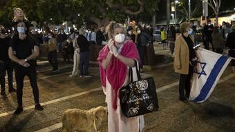 Eine Demonstration mit Mundschutz und empfohlenem Sozialabstand: Israelis gehen in Tel Aviv gegen Premierminister Benjamin Netanjahu auf die Strasse.
