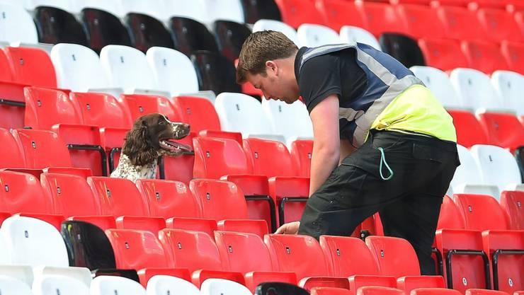 Fehlalarm: Ein Spürhund sucht das Old Trafford nach dem Fund einer Bomben-Attrappe ab