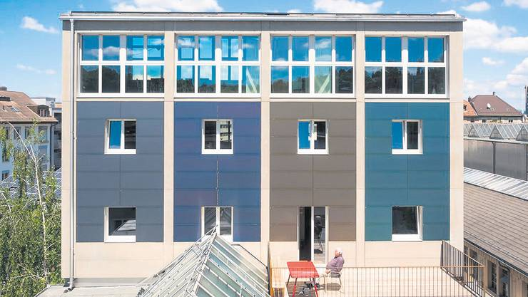 Das Basler «Kohlesilo» hat eine vielfarbige Fassaden- und Dachanlage aus monokristallinen Solarzellen.