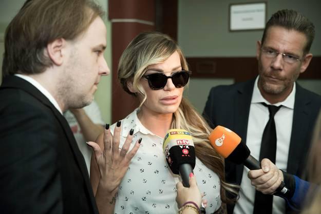 Dieses Bild vom Juli-Prozess zeigt Gina-Lisa Lohfink mit ihren Anwälten Burkhard Benecken und Christian Simonis.