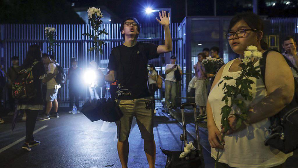 Protestierende vor dem schwerbewachten Parlament in Hongkong, dem Legislativrat.