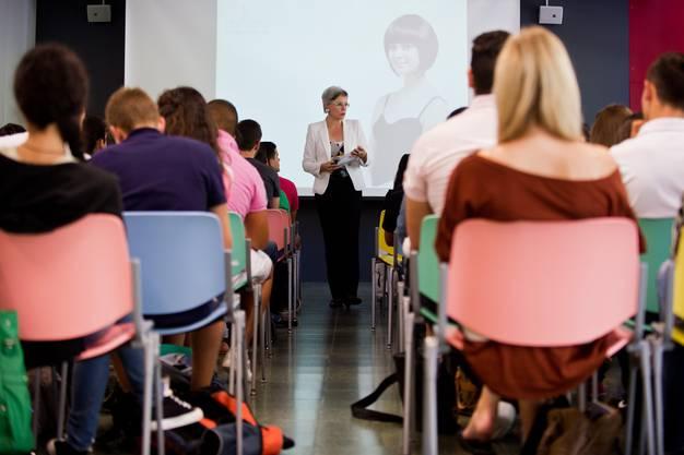 Kniggetrainerin Doris Pfyl bringt Lernenden in einem halbtägigen Kurs gute Manieren bei.