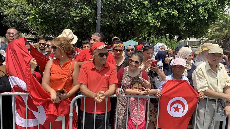 Tausende Tunesierinnen und Tunesier säumten die 20 Kilometer lange Strasse zwischen dem Präsidentenpalast im Vorort Karthago und dem Friedhof Djellaz im Süden von Tunis, um Abschied vom verstorbenen Staatschef Béji Caïd Essebsi zu nehmen.