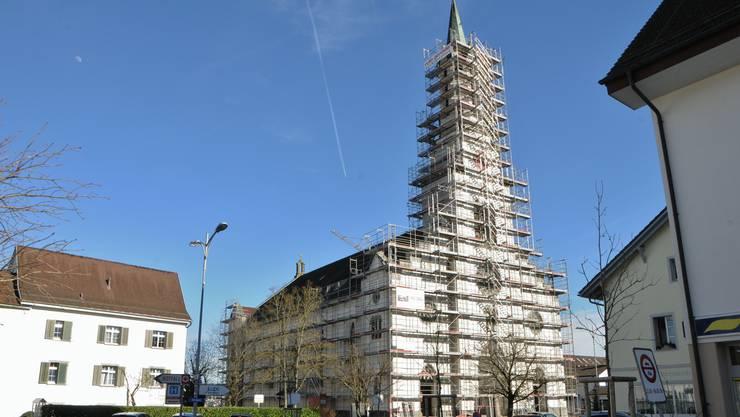 Die Kirche Leuggern wird 2019 aussen renoviert. Dabei werden der Glockenturm, die Fenster und die Fassade erneuert.