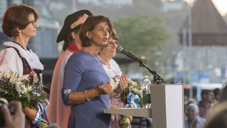 Die Bundespraesidentin Doris Leuthard bei ihrer Rede anlaesslich der 1. August feierlichkeiten der CVP Luzern vom Montag, 31. Juli 2017 vor dem KKL in Luzern. (KEYSTONE/Urs Flueeler)