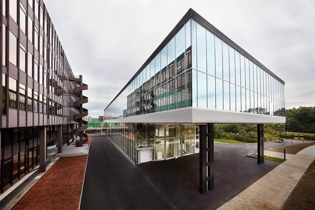 Ansicht Südwest mit Passerelle zwischen dem HIL-Gebäude und dem Arch_Tec_Lab