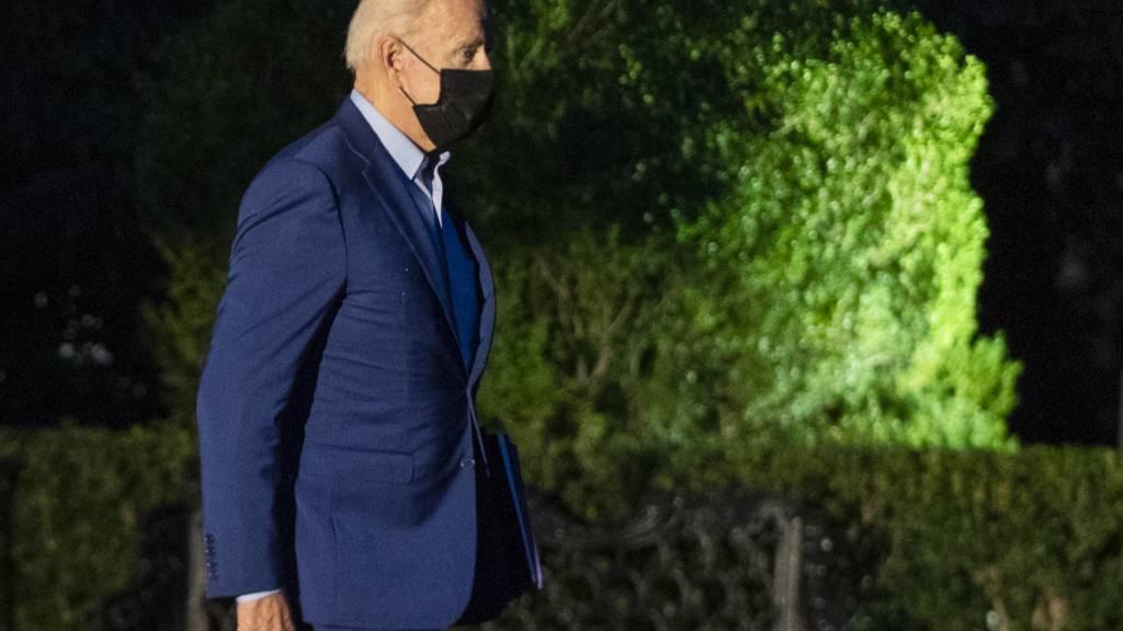 US-Präsident Joe Biden geht auf der South Lawn, als er das Weiße Haus in Washington auf dem Weg nach New York verlässt. Foto: Manuel Balce Ceneta/AP/dpa