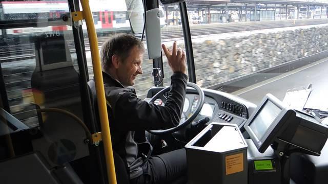 Postauto-Geschäftsleiter Reto Huber steuert ein Brennstoffzellenpostauto durch Brugg