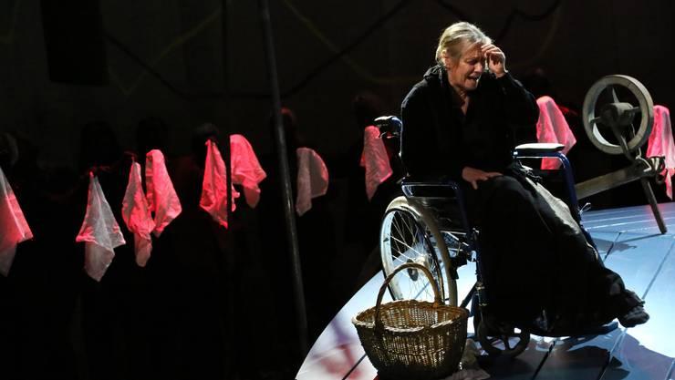 Franziska Hirzel als Roberts Mutter agiert schlicht herausragend und erweist sich als Meisterin des Wort-Ton-Gestaltens.