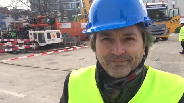Interview mit Schlierens Bauvorstand Markus Bärtschiger während der Versetzung der Buche