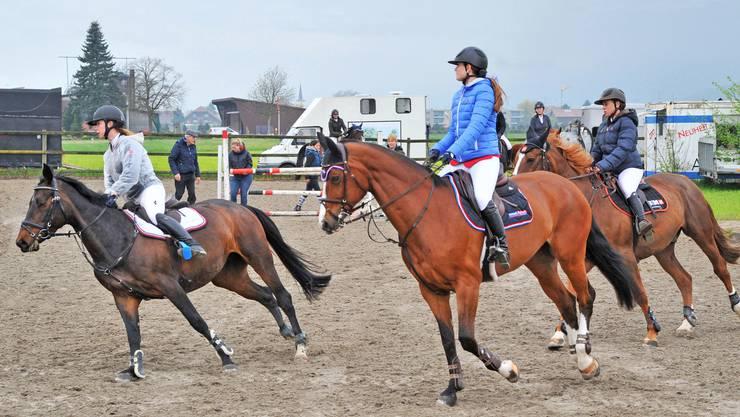 Junge Teilnehmerinnen am Concours von Neuendorf beim Einreiten