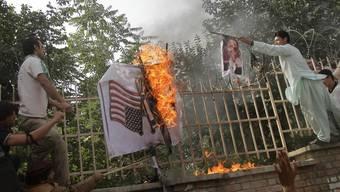Demonstranten verbrennen eine israelische und amerikanische Flagge in Kabul (Archiv)