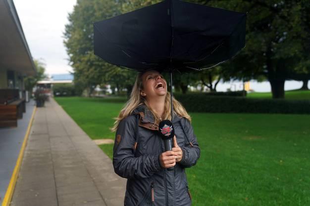 Jenni musste sich vor dem riesigen Springbrunnen mit einem Schirm bewaffnen.