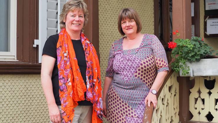 Die Römisch-Katholische Kirchgemeinde Brugg führt die neue Koordinationsstelle;Ulrike Kirschbaum (links) hat die neu geschaffene Stelle zur Koordination für Freiwillige im Flüchtlingswesen am 1. Mai 2017 angetreten. Iris Bäriswyl (rechts) leitet den Fachbereich «Soziales» seit 2004.